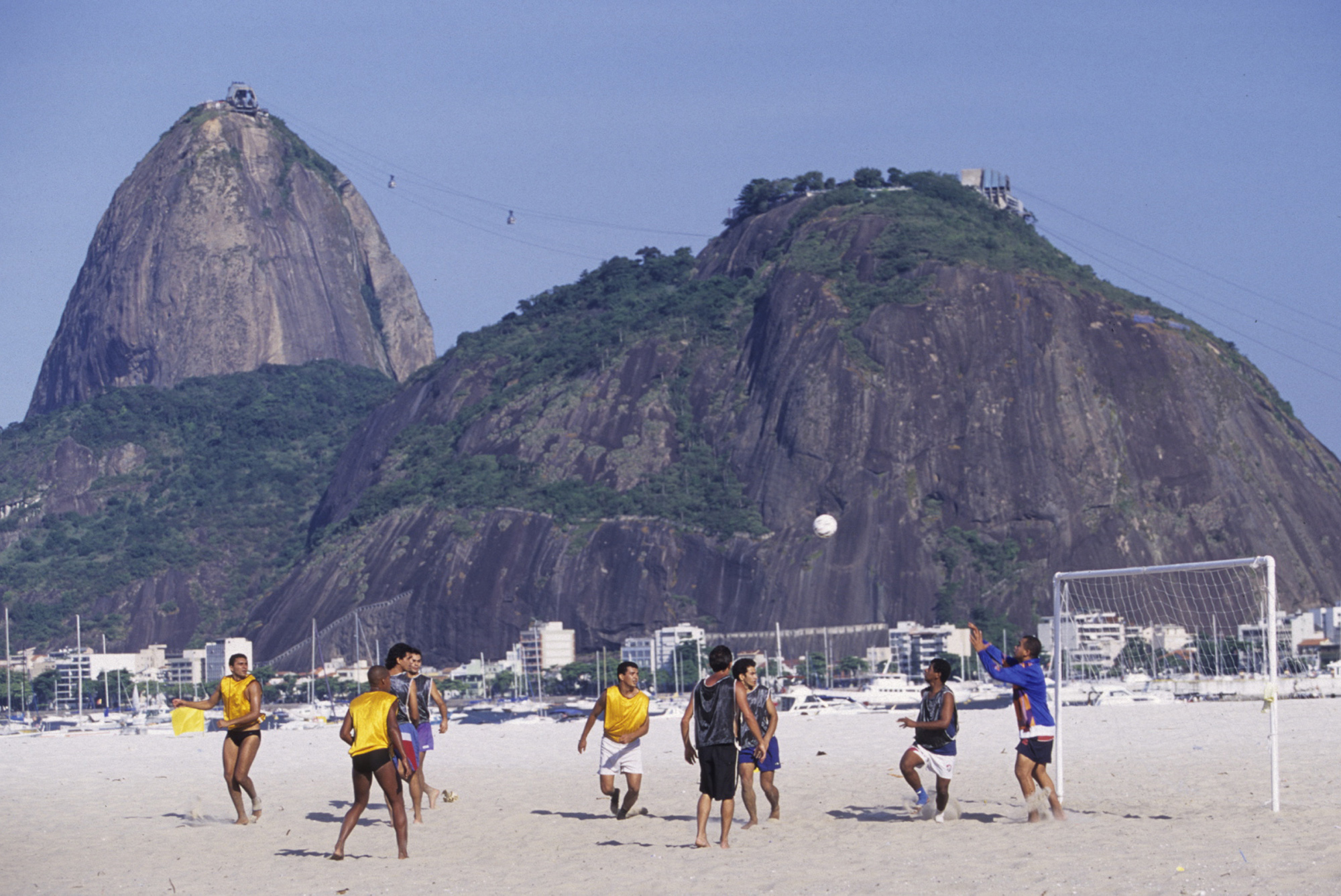 Match de football sur la plage de Botafogo (Rio de Janeiro, BRESIL, 2000) Copyright ALAIN GADOFFRE