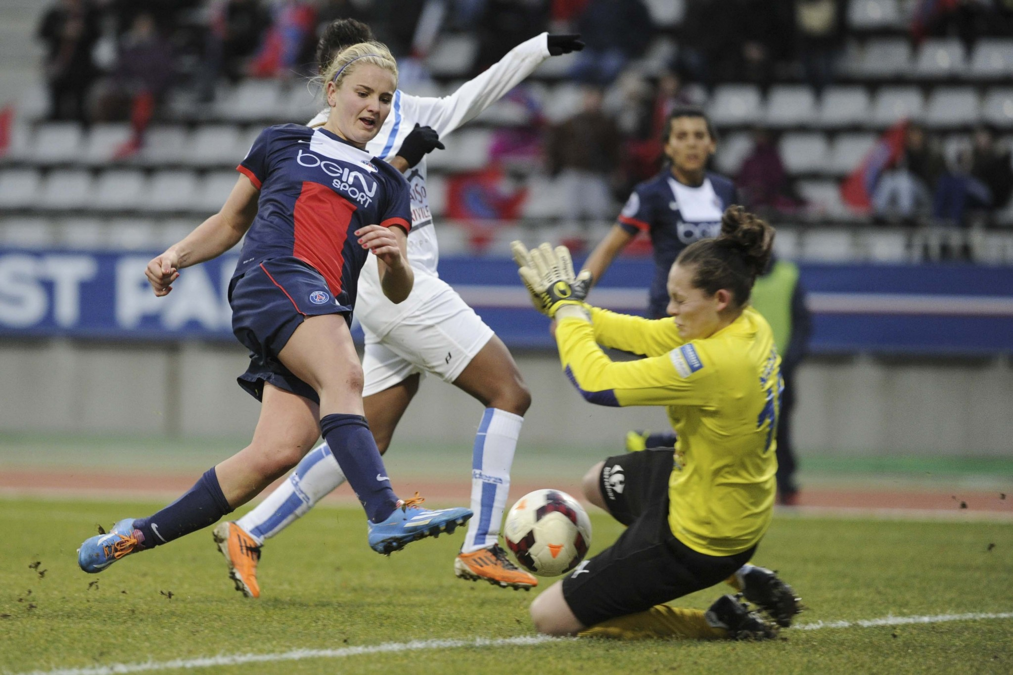 Lindsey Horan (PSG Fem. vs Soyaux, Paris, FRANCE, 2013) Copyright ALAIN GADOFFRE